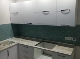 Кухня «КАРЭ» с встроенной техникой(вытяжка, п/машина)
